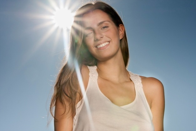 vajzë me flokët në diell