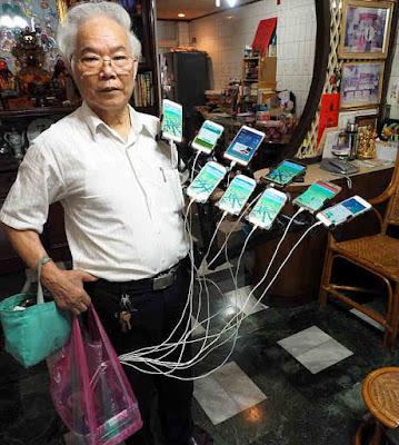 Kakek Chen yang ketagihan bermain Pokemon Go.