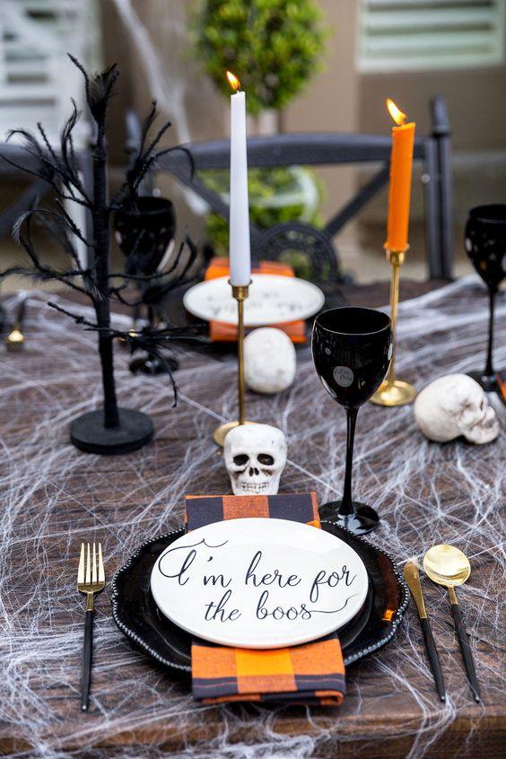como decorar tu mesa halloween con color naranja y negro y elementos terroríficos