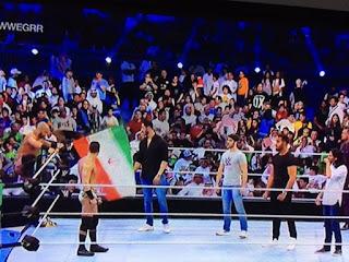 مصارع إيراني يرفع علم إيران في عروض المصارعة بجدة WWE