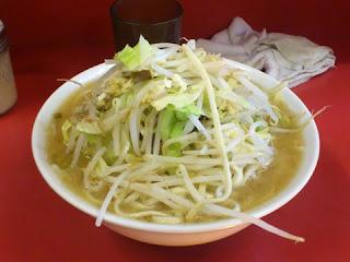 ラーメン二郎の大盛り見た目以上に麺の量が多く多分半分も食べられませんでした。