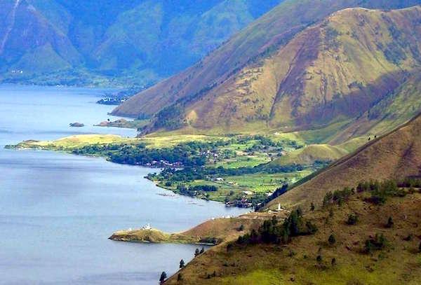 Kagum, Para Siswa dari Sulawesi Langsung Terjun ke Danau Toba