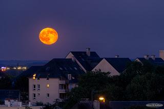 Lever de Pleine Lune sur la ville