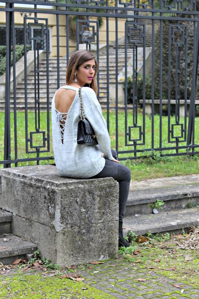 maglione con la schiena scoperta