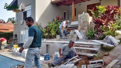Execução da escada de pedra com pedra São Tomé branca com as muretas de pedra com pedra madeira em reforma da piscina em residência em Vinhedo-SP com o piso da piscina com pedra São Tomé 47 x 47.