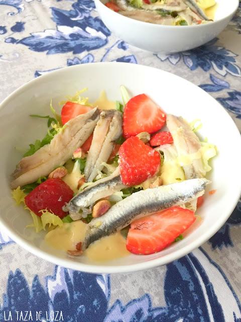 ensalada-boquerones-en-vinagre-fresas-y-hojas-verdes