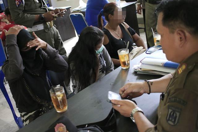 Satuan Polisi Pamong Praja Kota Banjarbaru menciduk enam pekerja seks komersial (PSK) dari kawasan eks lokalisasi Batu Besi Landasan Ulin Banjarbaru, Selasa 12/3/2019.