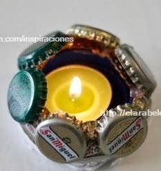 http://clarabelen.com/inspiraciones/3243/manualidades-rapidas-portavelas-de-chapas-o-corcholatas/