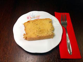 Kawałek ciasta zrobionego z mleczka i wiórków kokosowych