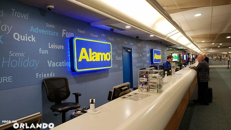 Balcão da Alamo no aeroporto de Orlando.