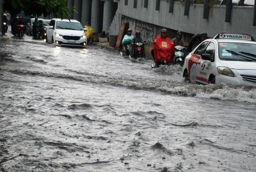 TP HCM : Mưa nhỏ đường Nguyễn Hữu Cảnh bỗng ngập bất thường