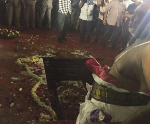 எம்ஜிஆர் சமாதி அருகில் ஜெயலலிதா நல்லடக்கம்