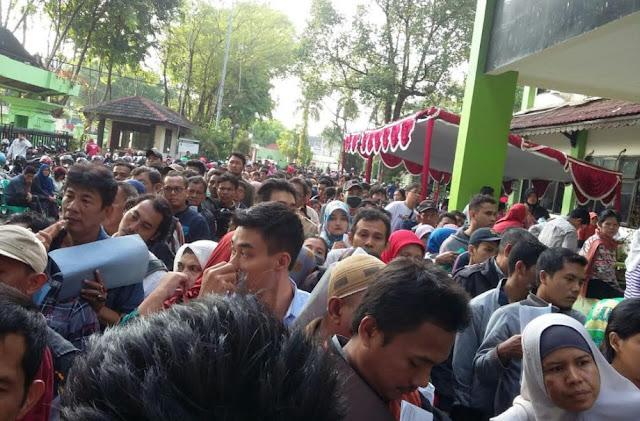 e-KTP: Korupsi di Senayan, Pungli di Kecamatan