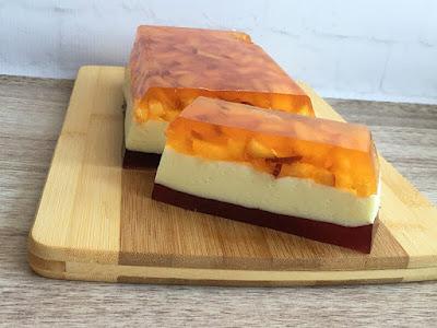 Pyszne ciasto warstwowe z galaretek i owoców