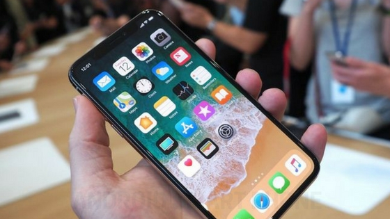 "Apple iPhone X ""Leaked,"" New Dynamic Wallpaper Shown on Video"