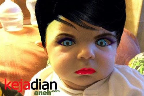 Ibu Mendandani Bayi Menyeramkan