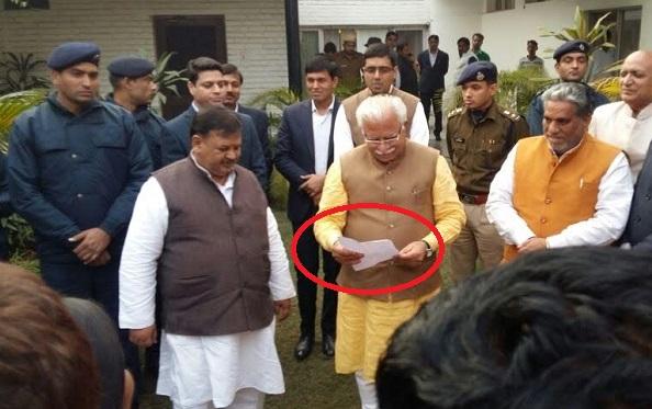 हाथ में लिस्ट लेकर CM ने टटोली पार्षदों की नब्ज, हर पार्षद से मिल पूंछा हालचाल