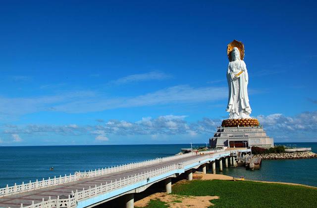 Quên đi cái lạnh giá của ngày đông trong dịp đầu năm mới. Người ta tìm đến Tam Á - nơi được mệnh danh là thiên đường nhiệt đới trên đảo Hải Nam và là một trong những điểm du lịch nổi tiếng của Trung Quốc để hưởng thụ ánh nắng dịu nhẹ và những làn gió mát dịu mang theo vị mặn của biển cả.