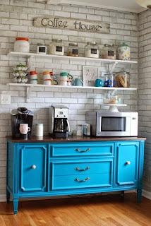 Cômoda na cozinha como cantinho do café