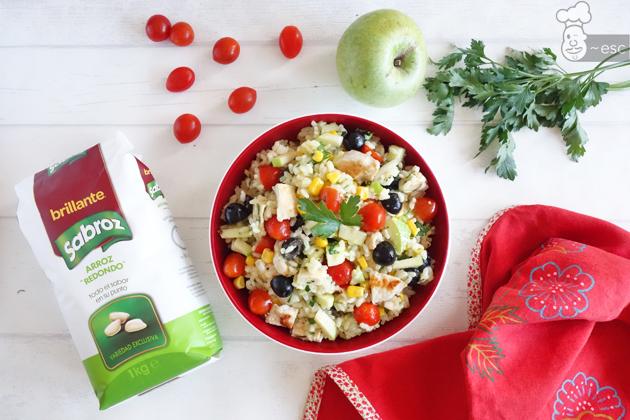 Ensalada de arroz fácil y sana con pollo y manzana