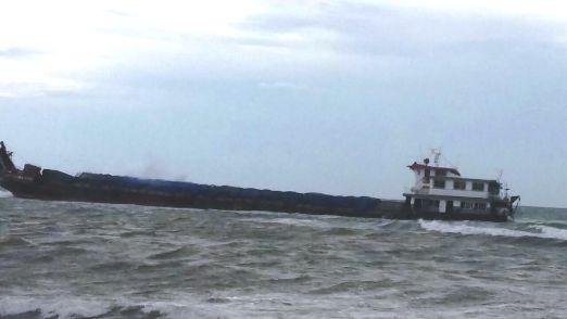 Sebuah, Kapal ,LCT ,Terdampar ,Di Pantai ,Tangkala ,Selayar