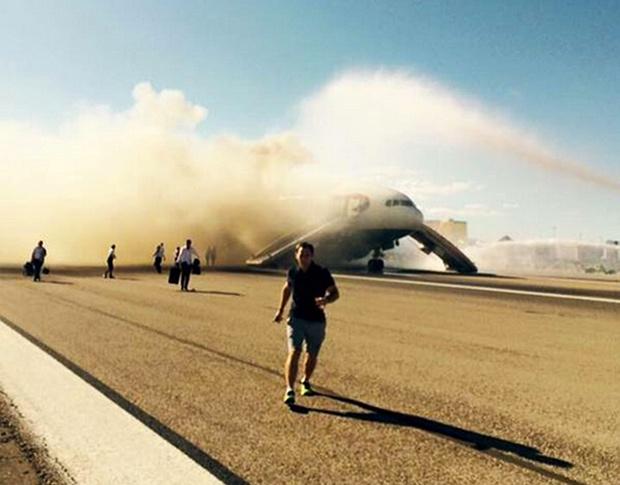 La gente fugge dall'aereo in fiamme a Las Vegas.