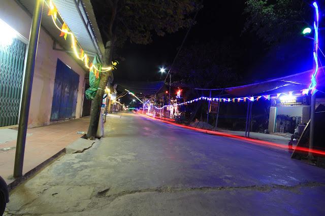Con đường về đường trang hoàng lộng lẫy với ánh đèn điện