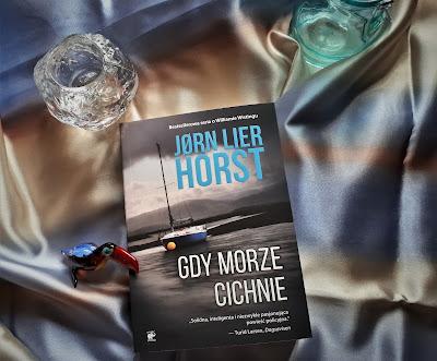 """Solidnie i dokładnie, czyli recenzja powieści Jørna Liera Horsta """"Gdy morze cichnie""""."""