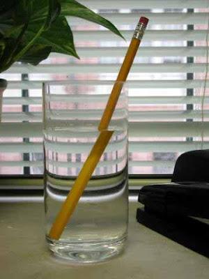 Kenapa Pensil Tampak Patah Dalam Gelas Berisi Air? Ini Dia Penjelasannya Lengkap dengan Gambar