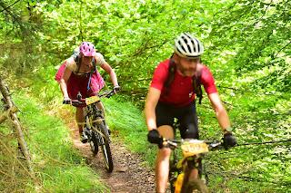 die richtige Technik bei rutischigen Trails im Bikerennen