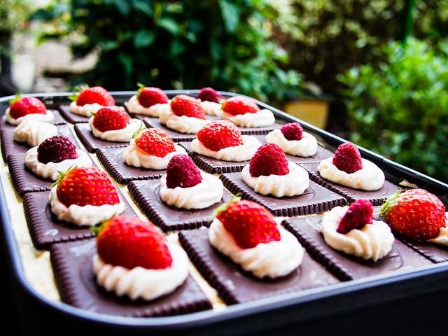Aus Dem Lameng Butterkekskuchen Mit Himbeeren Und Erdbeeren