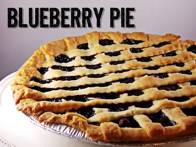 ein Blueberry Pie mit Gitterdeckel