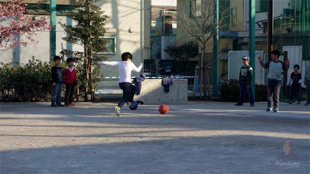 Anak - anak di Jepang bermain di Taman ketika sore