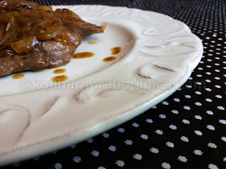 Мариновани телешки пържоли на тиган с червен лук