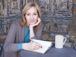 J K Rowling felice con un libro 5 cose che
