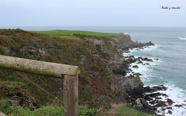 Praderas verde junto al mar. Asturias