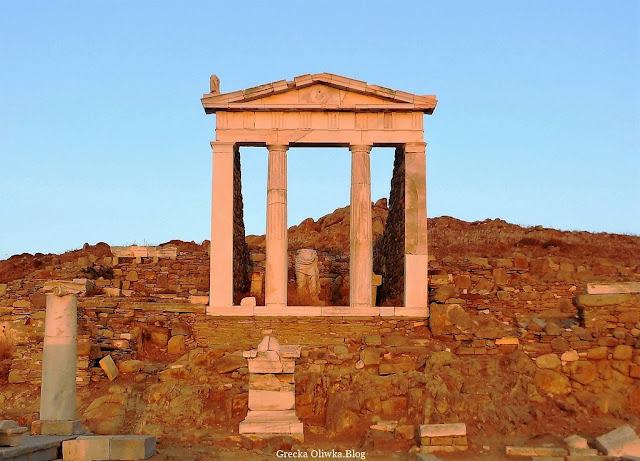 starożytna świątynia Izydy na wyspie Delos, zabytkowe ruiny, kolumny Grecja