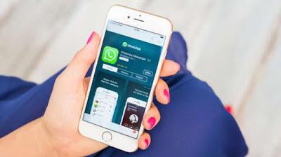 Aplikasi WhatsApp pada sebuah iPhone (Shutterstock).