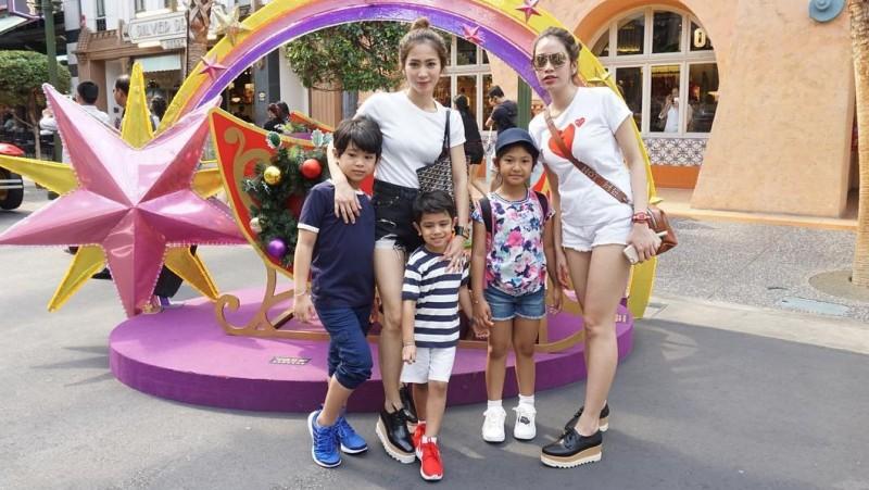 Bunga Zaenal mengunggah fotonya dengan dua putranya