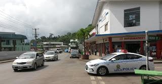 Das neue Polizeiauto wird voller Stolz hergezeigt