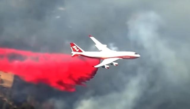 Boeing 747 SuperTanker ρίχνουν οι Αμερικανοί στην μάχη ενάντια στις φλόγες στην Καλιφόρνια (βίντεο)