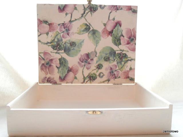 pudełko po cygarach ozdobione motywem kwiatowym