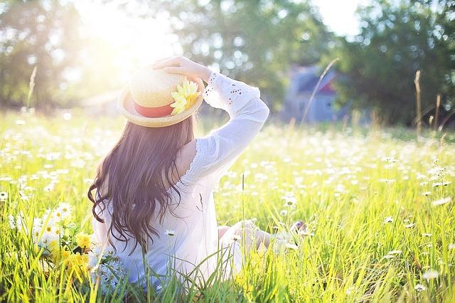 ảnh cô gái xinh đẹp 1 mình trong vườn hoa cỏ