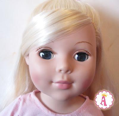Лицо большой куклы Мадам Александер вблизи, блондинка с голубыми глазами