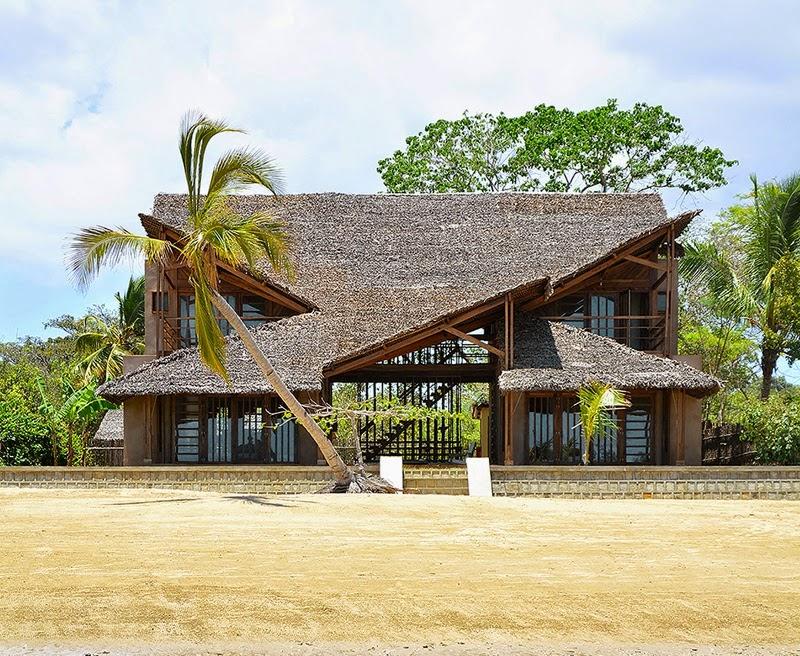 ecologie maison moderne avec toit en paille madagascar. Black Bedroom Furniture Sets. Home Design Ideas