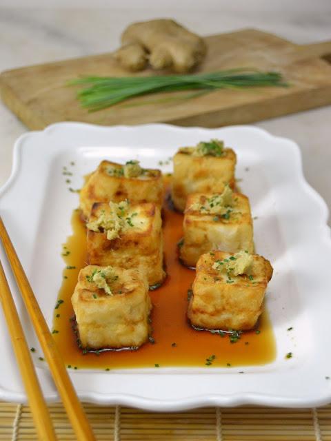 Tofu frito con salsa dashi. Receta japonesa