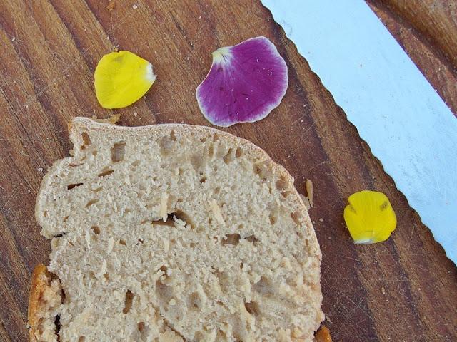 Malzbierbrot aus der Kastenform: Das einfachste Rezept der Welt. Das Brot bekommt außen eine leckere Kruste und ist innen schön weich, Kinder und Gäste lieben es!