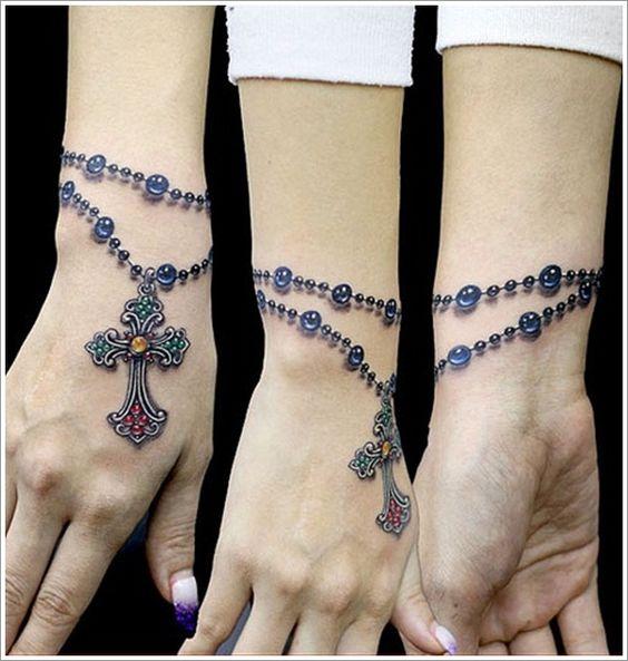 Un tatuaje de pulsera de un rosario a color