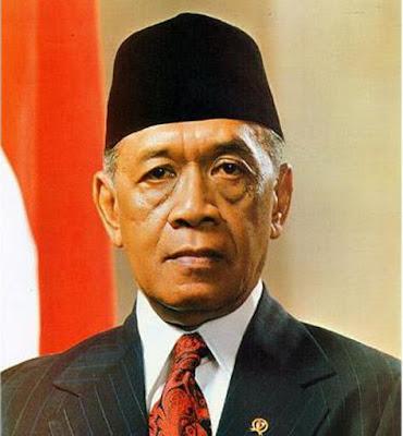 Biografi Sri Sultan Hamengku Buwono IX Sri Sultan Hamengkubuwono IX Lahir di Yogyakarta 12 April 1912 dengan nama Bendoro Raden Mas Dorodjatun di Ngasem, Ia adalah salah seorang Sultan yang pernah memimpin di Kasultanan Yogyakarta (1940-1988) dan Gubernur Daerah Istimewa Yogyakarta yang pertama setelah kemerdekaan Indonesia. Ia pernah menjabat sebagai Wakil Presiden Indonesia yang kedua antara tahun 1973-1978. Ia juga dikenal sebagai Bapak Pramuka Indonesia, dan pernah menjabat sebagai Ketua Kwartir Nasional Gerakan Pramuka. Hamengkubuwana IX adalah putra dari Sri Sultan Hamengkubuwana VIII dan Raden Ajeng Kustilah. Di umur 4 tahun Hamengkubuwana IX tinggal pisah dari keluarganya.   Ketika masih berusia empat tahun, Sri Sultan Hamengku Buwono IX yang terlahir dengan nama Dorodjatun, diharuskan mondok (in de kost) di rumah keluarga Mulder, seorang kepala sekolah NHJJS (Neutrale Hollands Javaansche Jongen School). Hal tersebut merupakan kebijakan sang ayah dalam mendidik anak-anaknya. Kebijakan tersebut juga berlaku pada saudara-saudaranya yang lain namun mereka tidak dikumpulkan dalam satu keluarga Belanda yang sama.  Meskipun keluarga bangsawan namun Pangeran tidak menganjurkan anak-anaknya diperlakukan secara istimewa. Ia menginstruksikan agar anak-anaknya dididik layaknya rakyat biasa. Tujuannya agar suatu saat mereka dapat tumbuh sebagai pribadi yang sederhana serta penuh kedisiplina