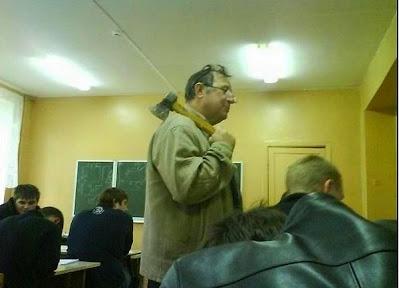 smešna slika: učitelj sa sekirom u učionici